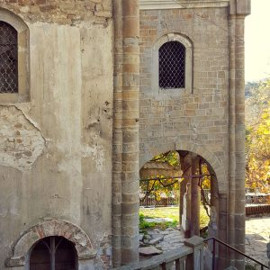 abandoned-medieval-church-in-veliko-tarnovo-bulgaria-courtyard