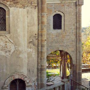 abandoned-medieval-church-in-veliko-tarnovo-bulgaria-courtyard