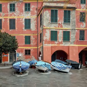 Vernazza,-Cinque-Terre---boats-and-colorful-facades