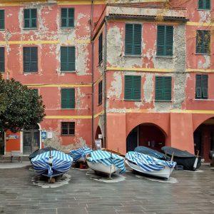 Vernazza,-Cinque-Terre---boats-and-colorful-facades