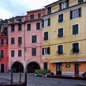 Vernazza---colorful-facades