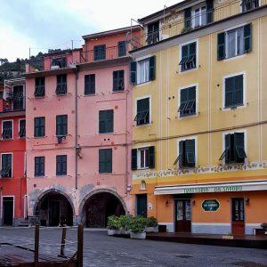 Vernazza---colorful-facades