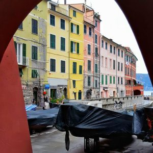 Vernazza---colorful-facades-and-boats