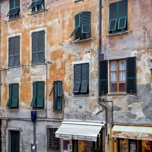 old-facades-in-Vernazza