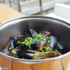Mussels-at-Tyulenovo-Hotel-and-Restaurant,-Bulgaria