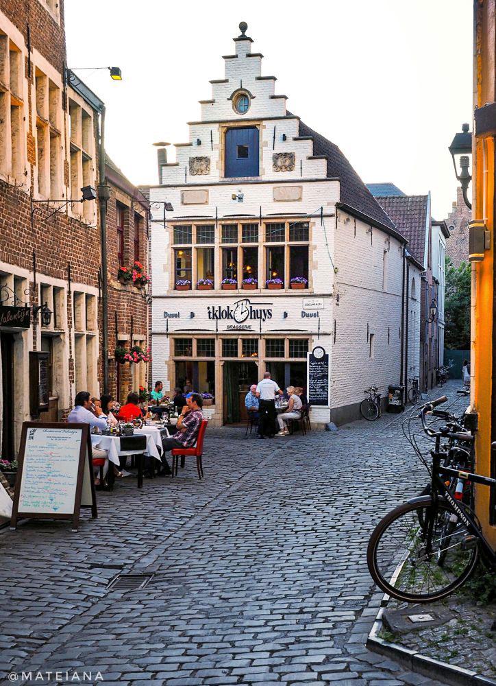 t-Clockhuis-Brasseries-in-Ghent,-Belgium---picturesque-houses