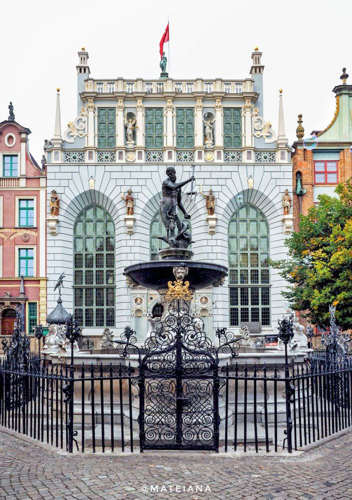 Artus-Court-and-Fountain-of-Neptune-in-Gdansk,-Poland