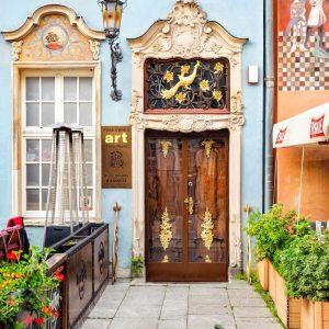 Beautiful-Door-in-Gdansk,-Poland---Long-Lane
