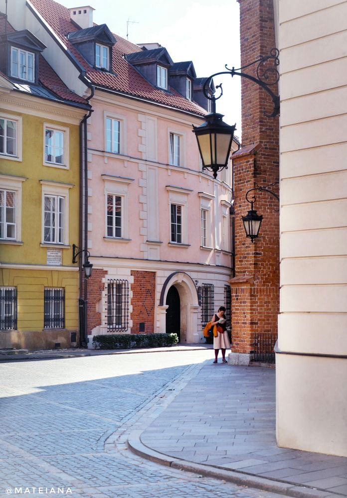 Dzwon-Na-Kanonii-Square-in-Warsaw,-Poland