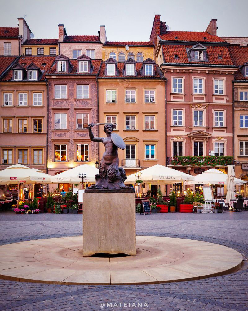 Rynek-Starego-Miasta-and-Mermaid-Statue-in-Warsaw-at-dusk