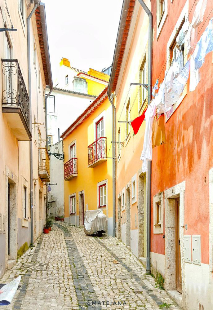 Streets-of-Lisbon-near-Sao-Jorge-Castle