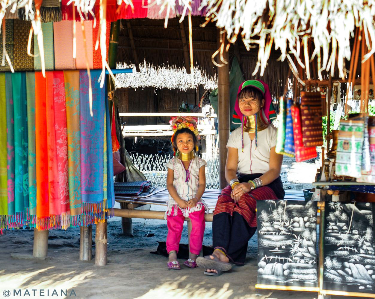 Kayan-Lahwi-Mother-and-Child-in-Long-Neck-Village,-Chiang-Rai