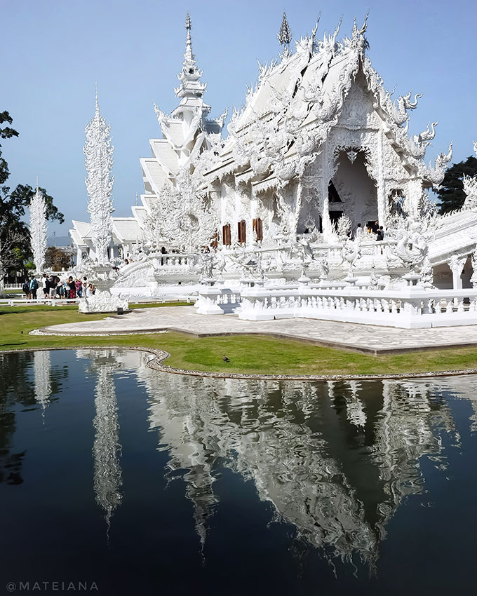 White-Temple-in-Chiang-Rai,-Thailand