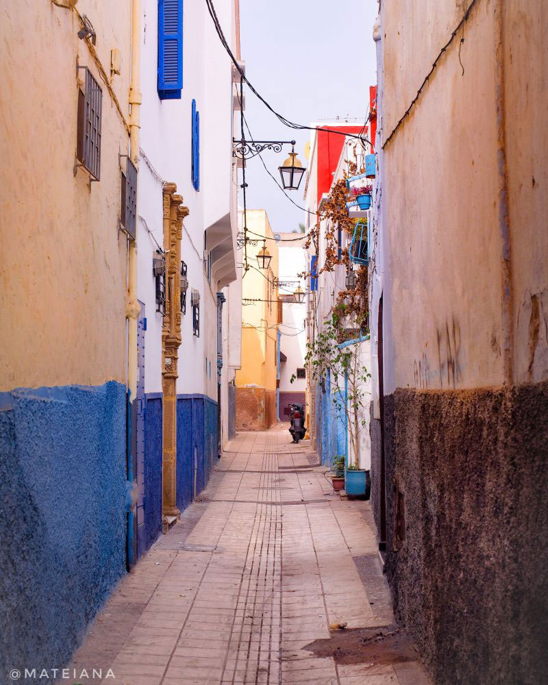 Pretty-narrow-street-in-Rabat-Medina,-Morocco