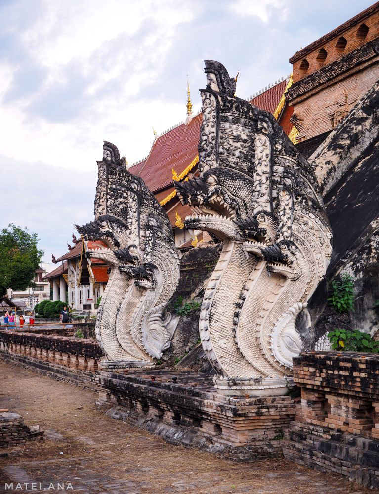 Dragon-guardians-at-Wat-Chedi-Luang-in-Chiang-Mai,-Thailand