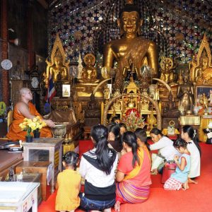 People-praying-at-Wat-Phra-That-Doi-Suthep