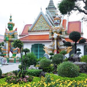 Colorful-guardians-at-Wat-Arun