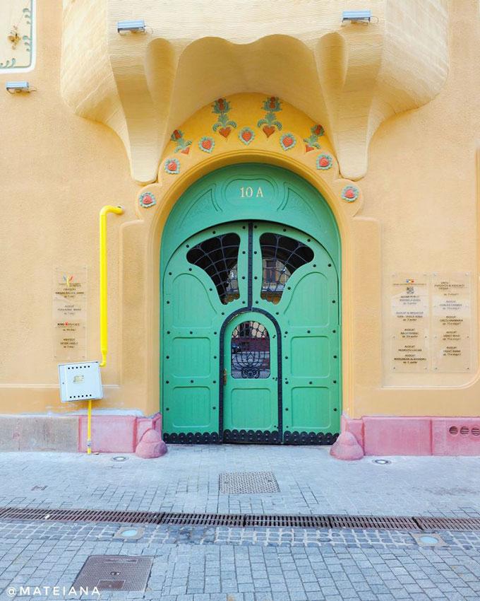 Art-Nouveau-Door---Stern-Palace,-Oradea_S