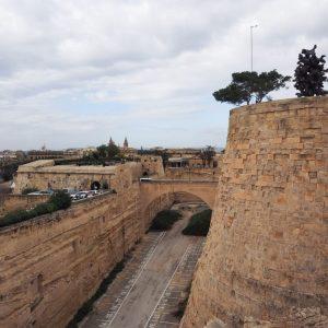 Limestone-fortress-walls-in-Valletta,-Malta