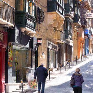 Sunny-streets-of-Valletta,-Malta