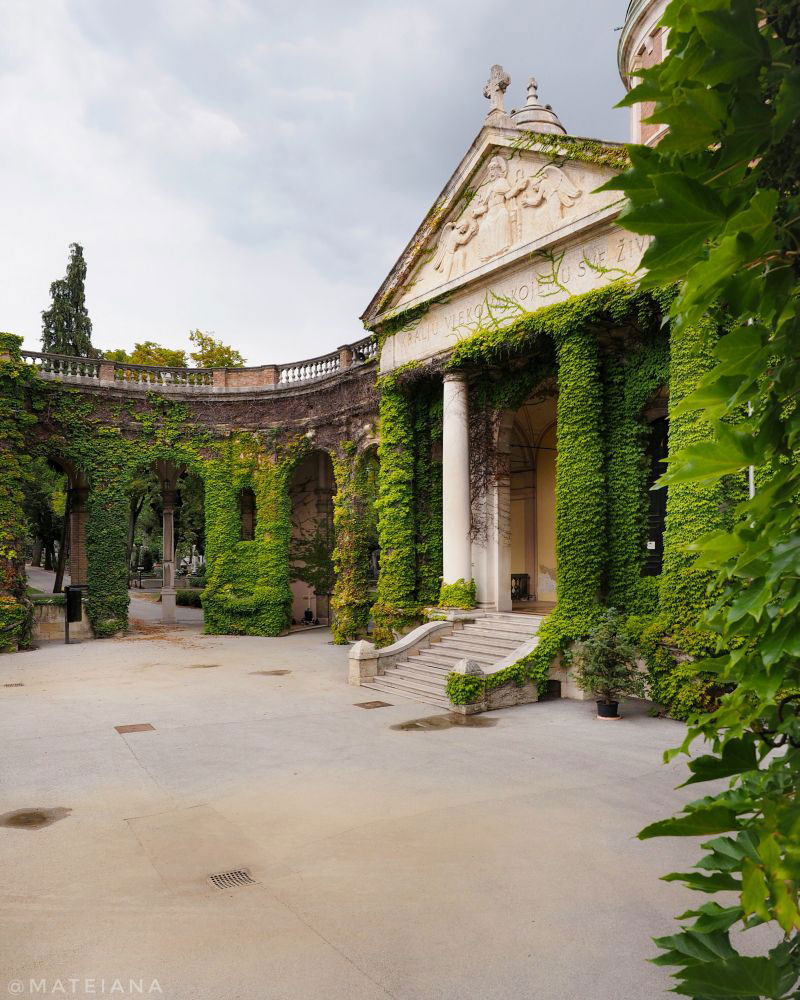 Mirogoj-Cemetery,-Zagreb-Entrance-covered-in-ivy