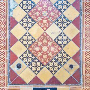Mirogoj-Cemetery,-Zagreb-Mosaics-on-crypts