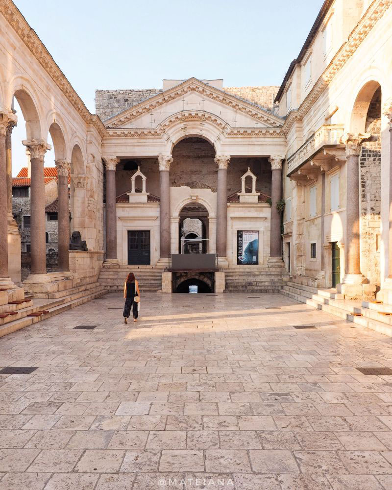 Peristyle-Square-in-the-morning--Diocletian-s-Palace-in-Split,-Croatia