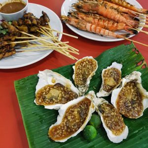 Oysters,-prawns-satay,-chicken-satay-at-Satay-by-the-Bay,-Singapore