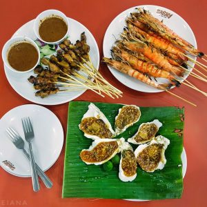 Oysters-with-garlic,-prawns-satay,-chicken-satay-at-Satay-by-the-Bay,-Singapore